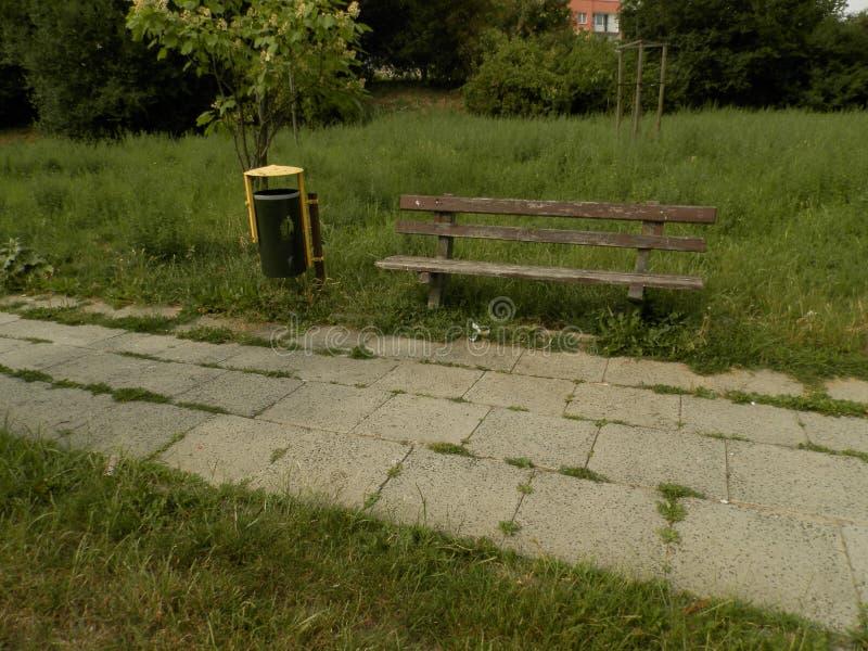 狭窄的城市公园风景 免版税库存照片