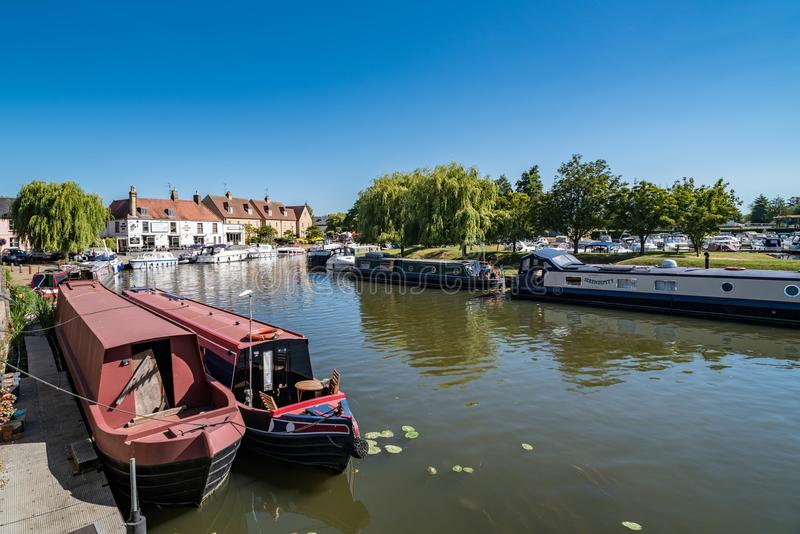狭窄的小船在伊利,剑桥郡,英国 免版税图库摄影