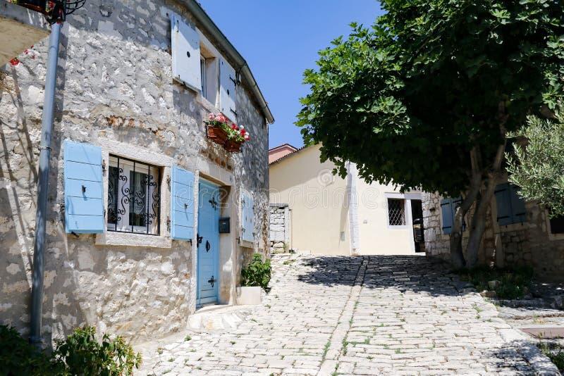 狭窄的小街在罗维尼历史的老镇在克罗地亚 库存图片