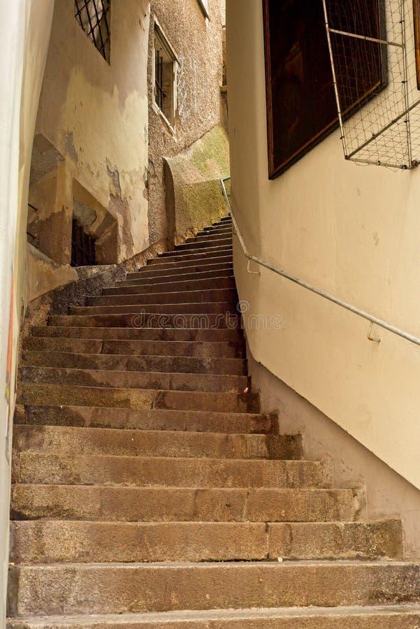 狭窄的弯曲的楼梯在高地的萨尔茨堡 免版税图库摄影