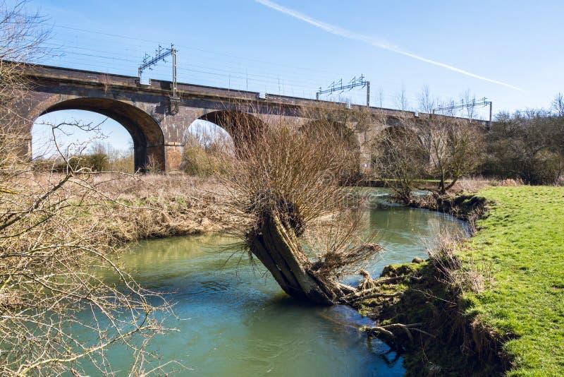 狭窄的河在铁路桥下在早期的春天- 2 免版税库存图片