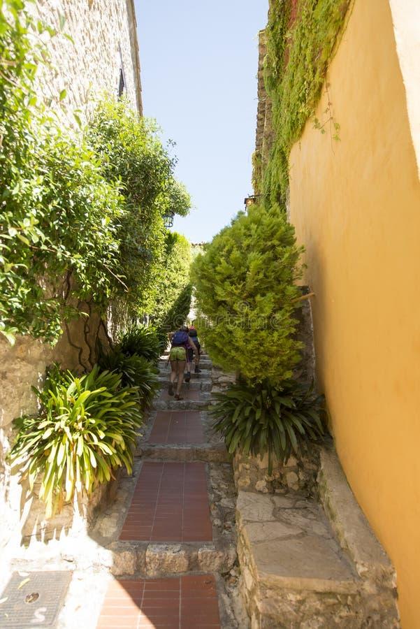 狭窄的胡同在Èze村庄,法国 免版税库存图片