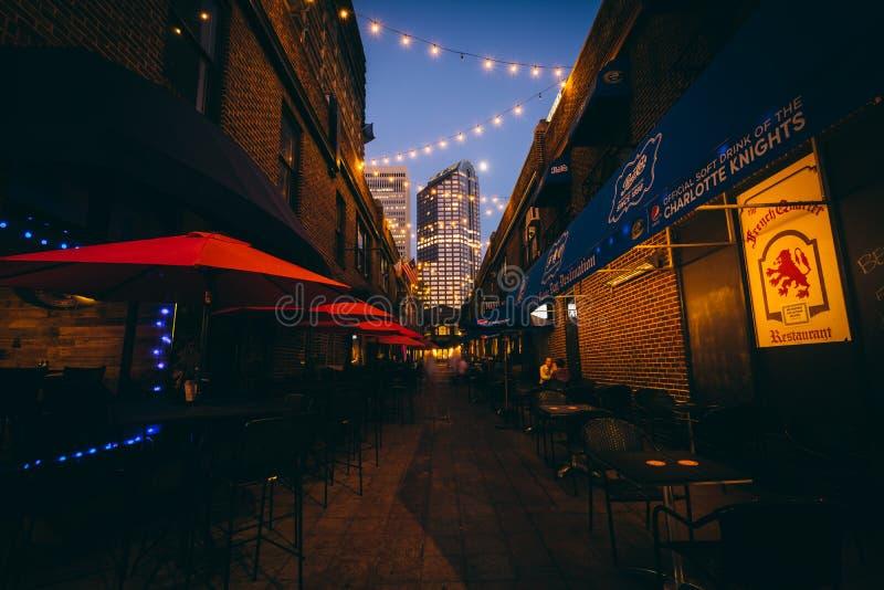 狭窄的胡同在晚上,在住宅区的夏洛特,北卡罗来纳 库存照片