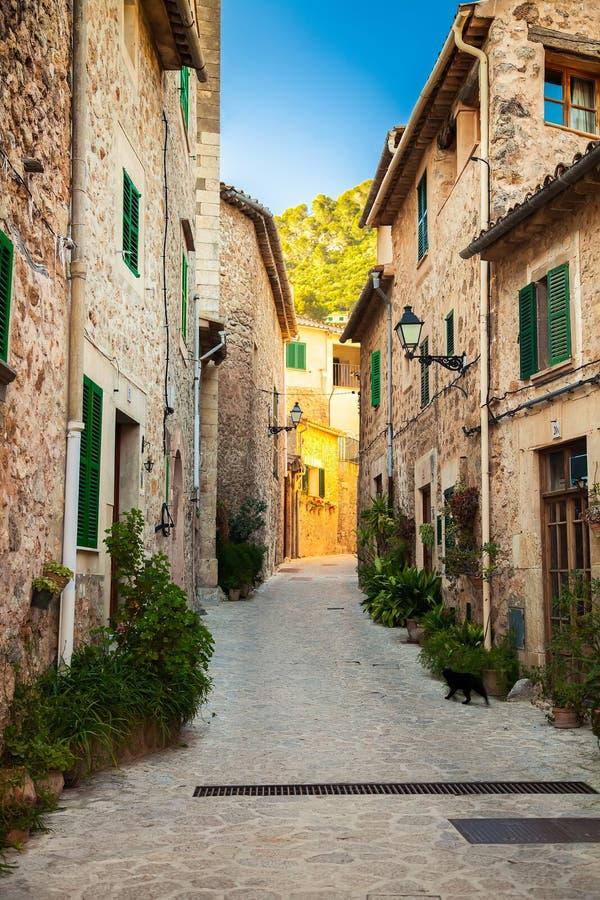 狭窄的舒适街道在Valldemossa 免版税库存照片