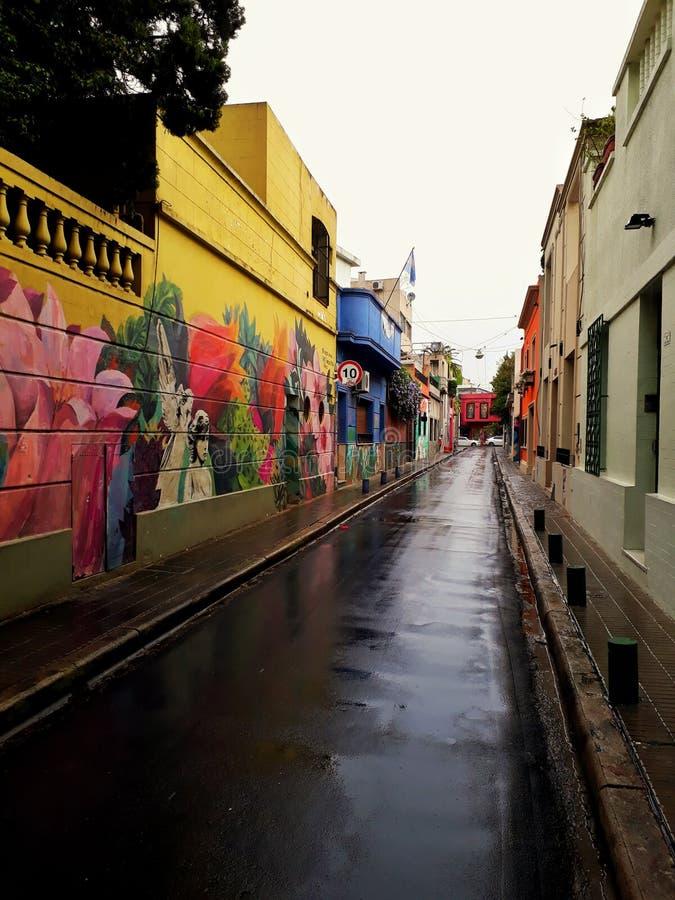 狭窄的街道在一湿天 免版税库存照片