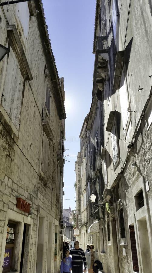 狭窄的街道在历史的市特罗吉尔,克罗地亚 免版税库存图片