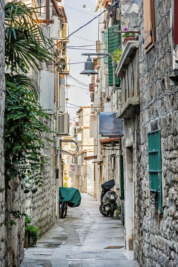 狭窄的街道在历史的特罗吉尔,克罗地亚 图库摄影