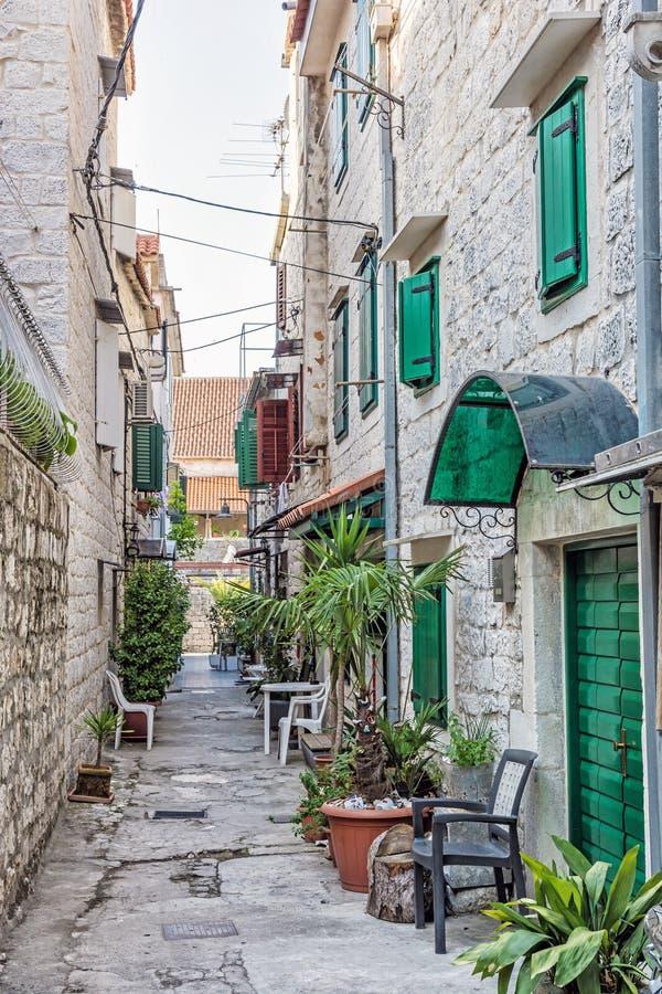 狭窄的街道在历史的特罗吉尔,克罗地亚 库存照片