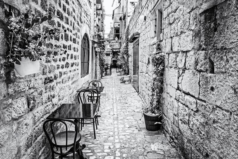 狭窄的街道在历史的特罗吉尔,无色 免版税库存图片