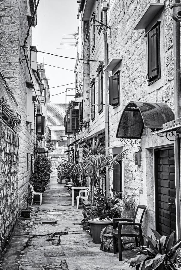 狭窄的街道在历史的特罗吉尔,无色 图库摄影