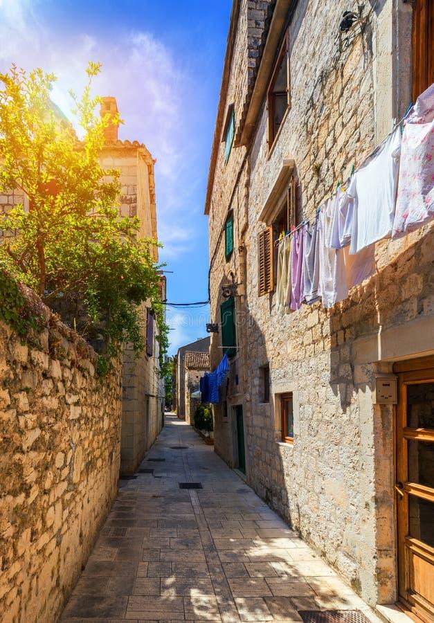 狭窄的街道在古镇特罗吉尔,克罗地亚 目的地玻璃扩大化的映射旅行 狭窄的老街道在特罗吉尔市,克罗地亚 胡同  免版税库存图片