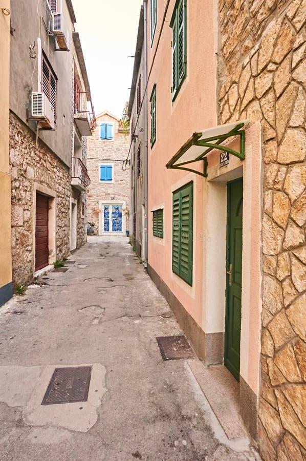 狭窄的街道在城市Vodice 免版税库存照片