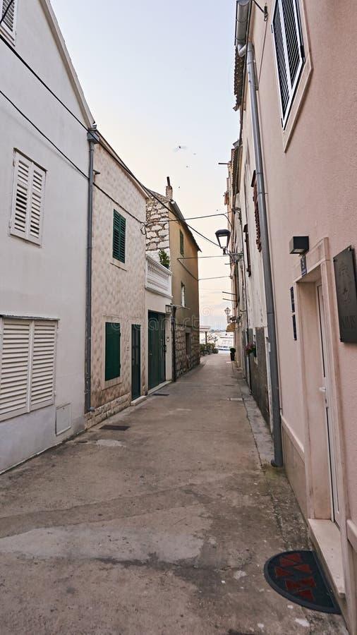 狭窄的街道在城市Vodice 免版税库存图片