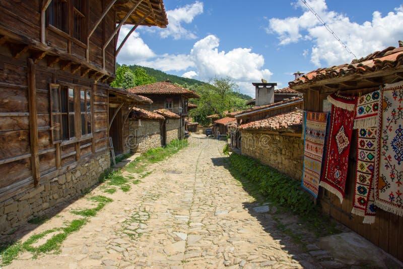 狭窄的街道在多山巴尔干村庄 免版税库存照片