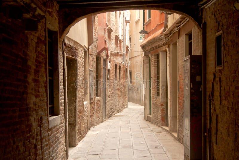 狭窄的街道在威尼斯 免版税库存照片