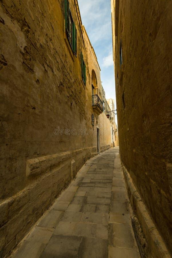 狭窄的街道在沈默市姆迪纳,马耳他 免版税库存图片