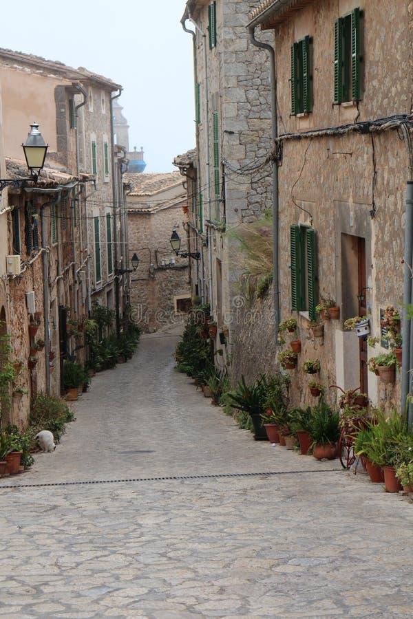 狭窄的街道在法德摩萨,西海岸,马略卡 免版税库存照片