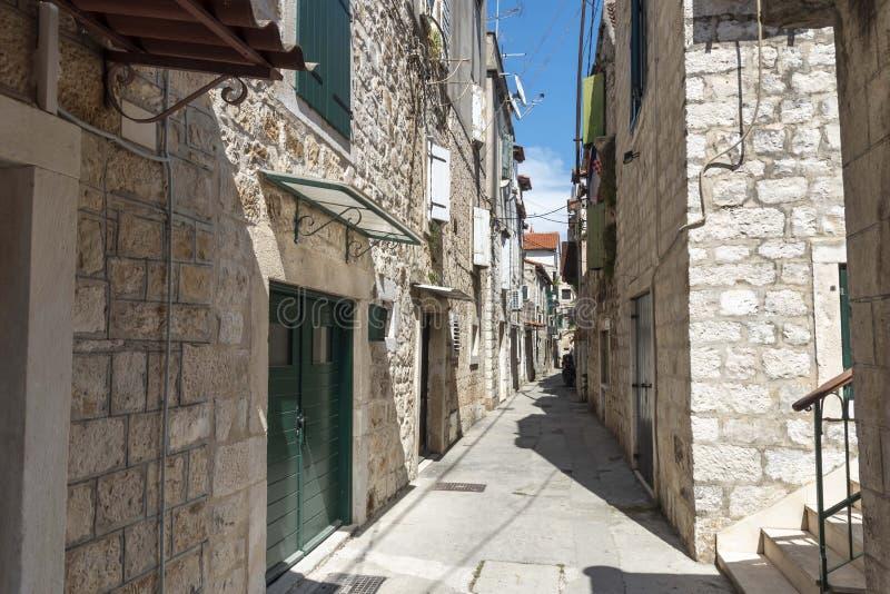 狭窄的街道在特罗吉尔在克罗地亚 库存照片