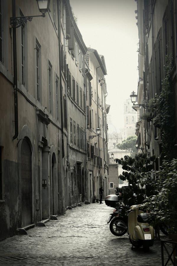 狭窄的街道在罗马,意大利 免版税库存照片