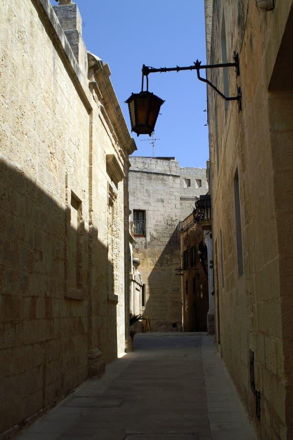狭窄的街道在老中世纪城市 免版税库存图片