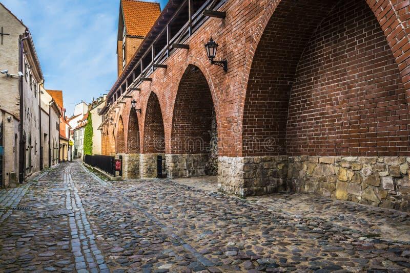 狭窄的街道在老里加-拉脱维亚,欧洲的首都 免版税库存照片