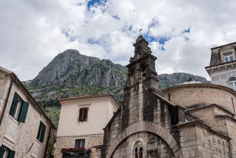 狭窄的街道在老镇科托尔在黑山 库存图片