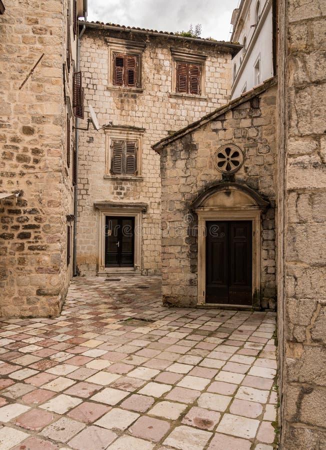 狭窄的街道在老镇科托尔在黑山 免版税图库摄影