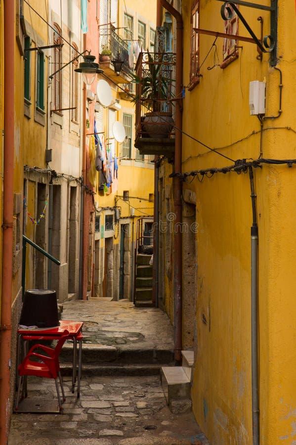 狭窄的街道在老镇,波尔图,葡萄牙 库存图片