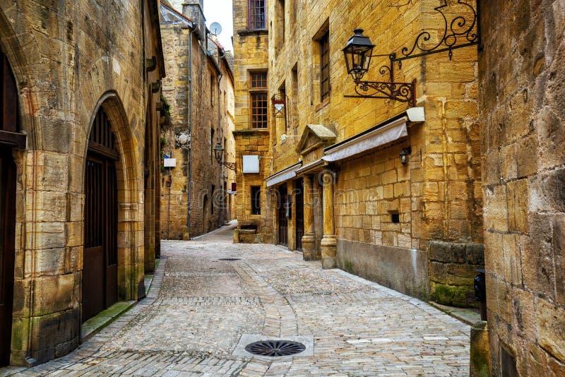 狭窄的街道在老镇Sarlat, Perigord,法国 免版税库存图片