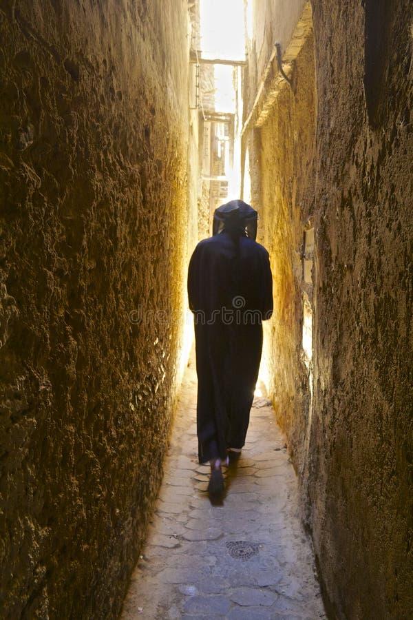 狭窄的街道在菲斯麦地那在摩洛哥 免版税图库摄影