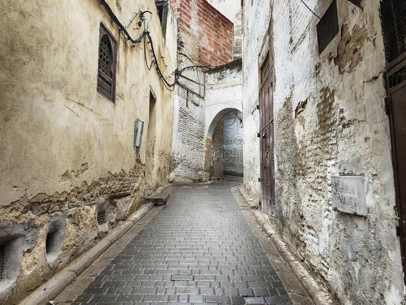 狭窄的街道在菲斯麦地那 免版税图库摄影