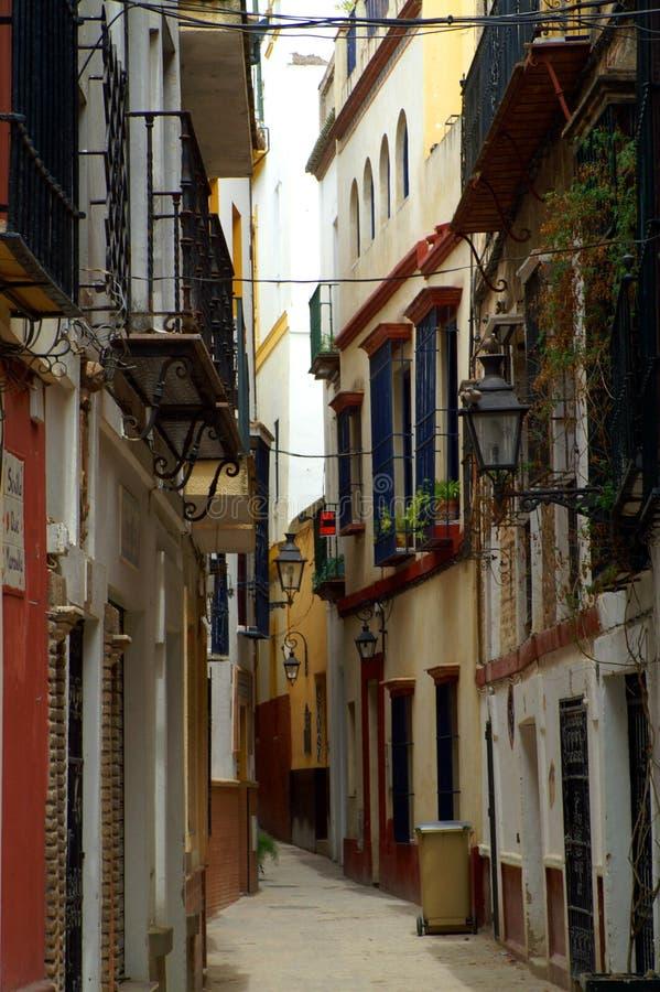 狭窄的街道在西班牙市塞维利亚 免版税库存照片