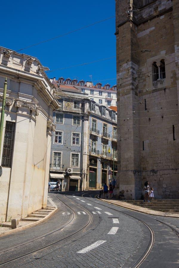 狭窄的街道在里斯本的历史的中心 库存照片