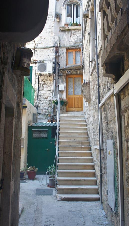狭窄的街道看法有石房子和台阶的在老镇,美好的建筑学,好日子,分裂,达尔马提亚,克罗地亚 库存图片