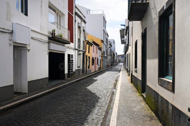 Download 狭窄的街道 库存图片. 图片 包括有 cogitating, 拱道, 典型, 鹅卵石, 米格尔, 通过, 亚速尔群岛 - 30333523