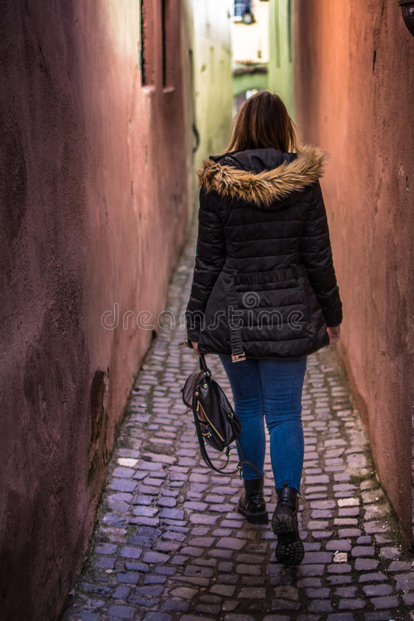 狭窄的街道BrasovRomania 免版税库存照片