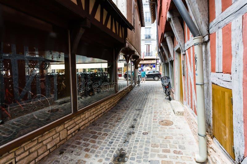 狭窄的街道Rue de la Vierge在特鲁瓦市 图库摄影