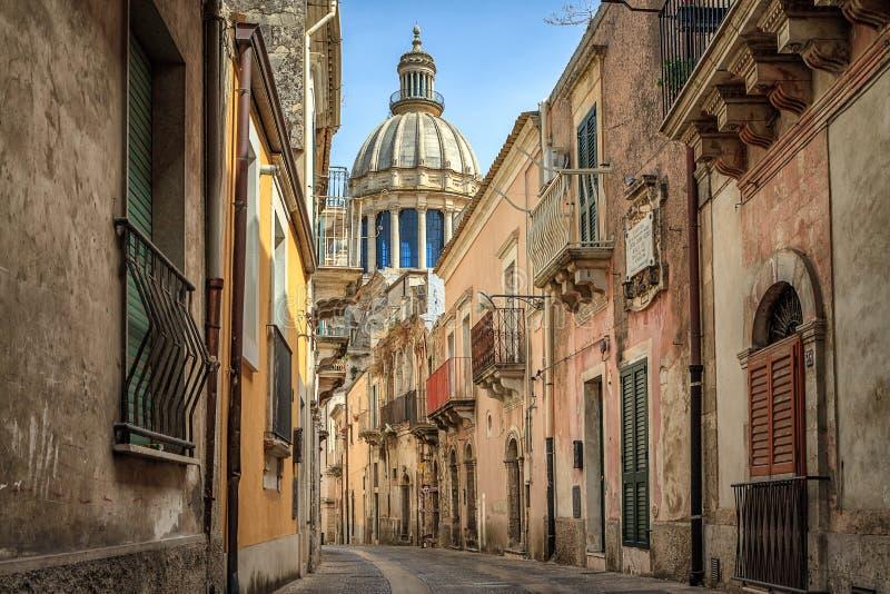 狭窄的风景街道在拉古萨,西西里岛,意大利 免版税库存照片