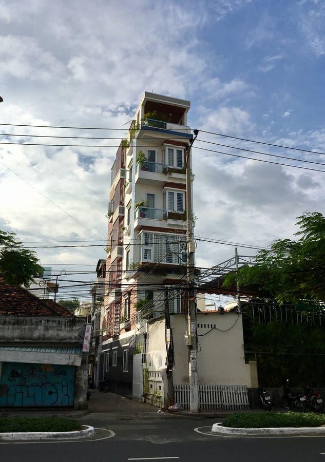 狭窄的高大厦在越南 库存图片