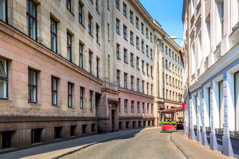 狭窄的鹅卵石街道在里加市,拉脱维亚老镇  r 库存照片