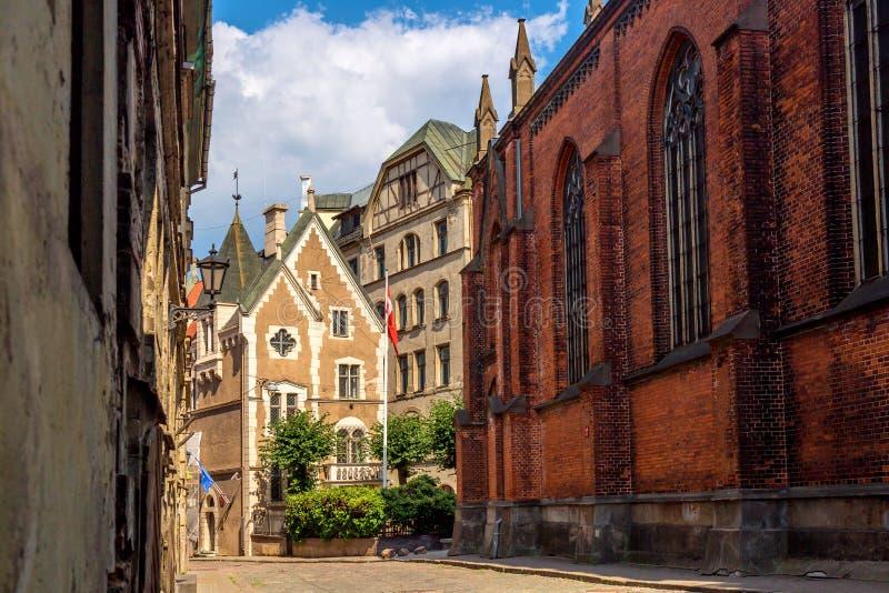 狭窄的鹅卵石街道在里加市,拉脱维亚老镇  r 图库摄影