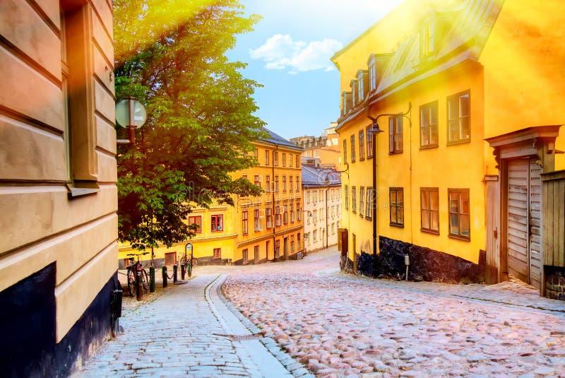 狭窄的鹅卵石街道Bastugatan在有中世纪房子的Sodermalm在斯德哥尔摩在夏天好日子 库存照片