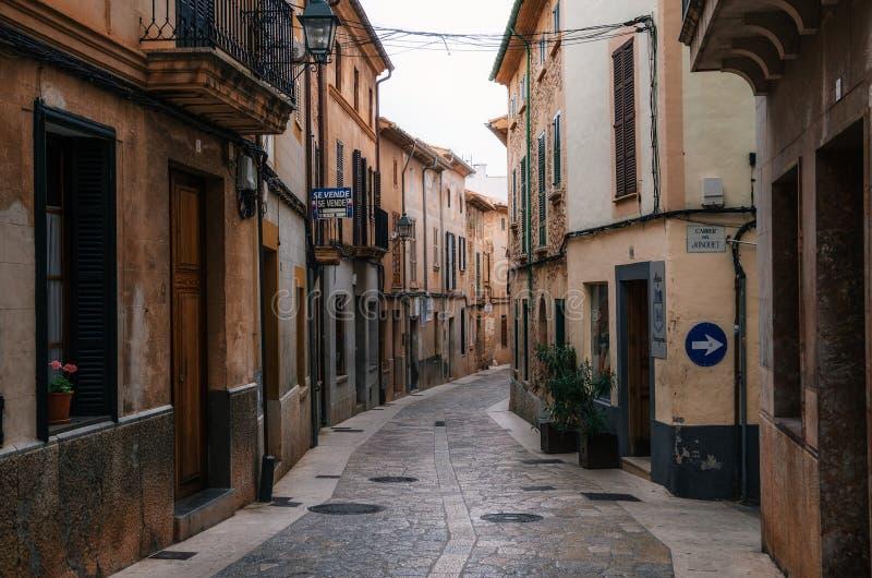 狭窄的绕街道在有它的传统石房子的Pollensa 库存照片
