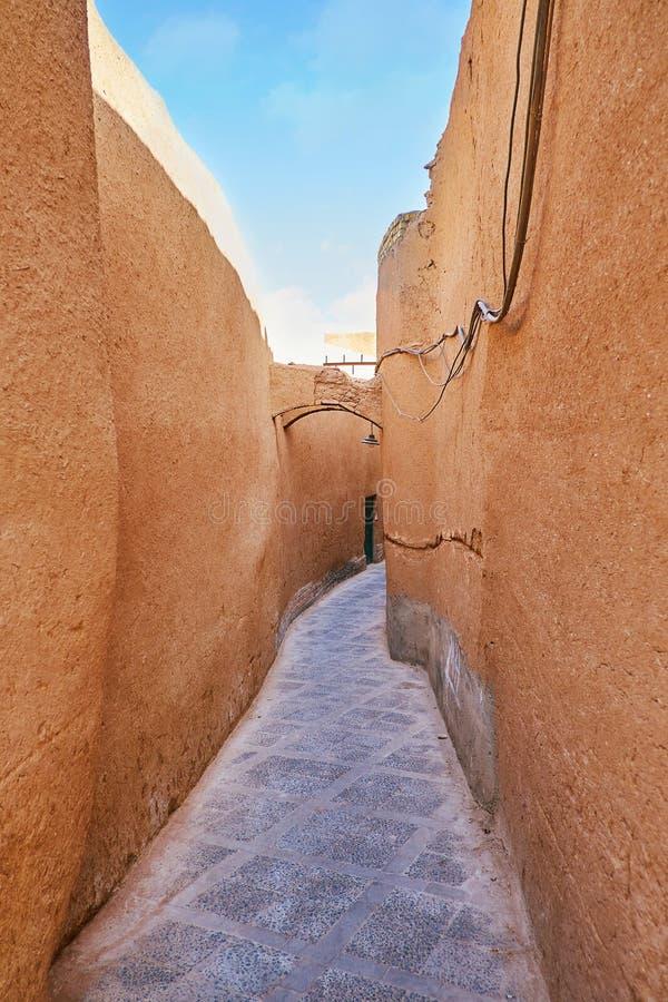 狭窄的backstreet在亚兹德,伊朗 免版税库存照片