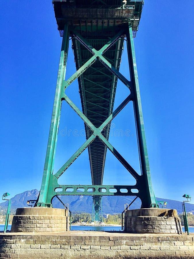 狮子从史丹利公园防波堤从下面观看的门桥梁 免版税图库摄影