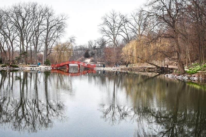 狮子公园池塘桥梁反射-简斯维尔, WI 库存图片
