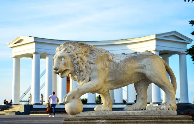 狮子和希腊曲拱的雕塑 ?? 免版税库存照片
