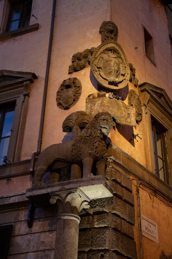 狮子和徽章雕象在维泰博 免版税图库摄影
