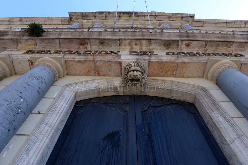狮子的头在入口上对政府代表团的大厦 免版税库存图片
