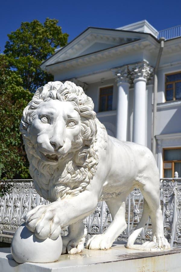 狮子的雕塑在Yelagin宫殿的 免版税库存照片
